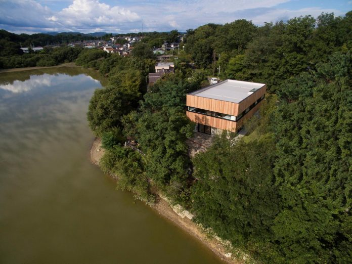 rectangular-house-opens-wide-towards-lake-surface-surrounded-rich-greenery-09