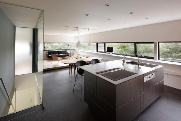 rectangular-house-opens-wide-towards-lake-surface-surrounded-rich-greenery-11