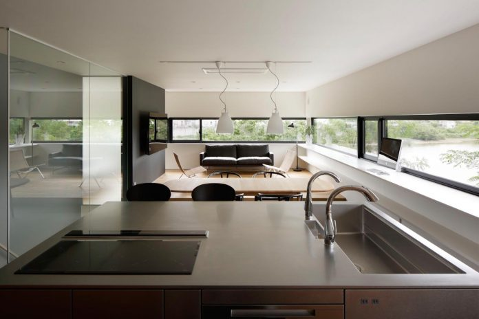 rectangular-house-opens-wide-towards-lake-surface-surrounded-rich-greenery-14