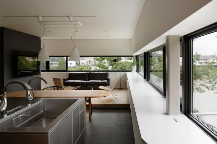 rectangular-house-opens-wide-towards-lake-surface-surrounded-rich-greenery-16