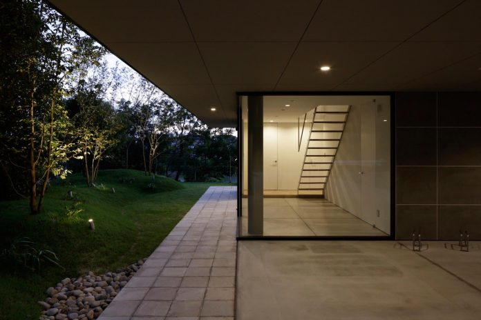 rectangular-house-opens-wide-towards-lake-surface-surrounded-rich-greenery-17