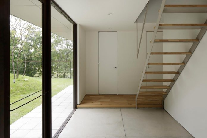rectangular-house-opens-wide-towards-lake-surface-surrounded-rich-greenery-19
