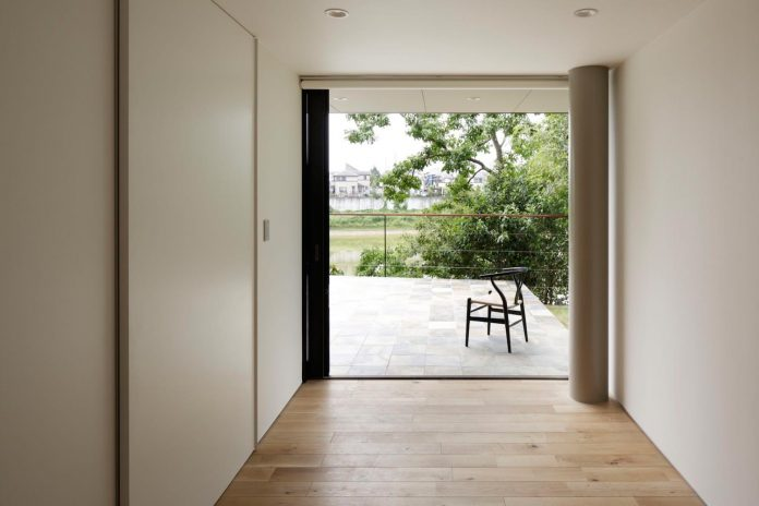 rectangular-house-opens-wide-towards-lake-surface-surrounded-rich-greenery-21