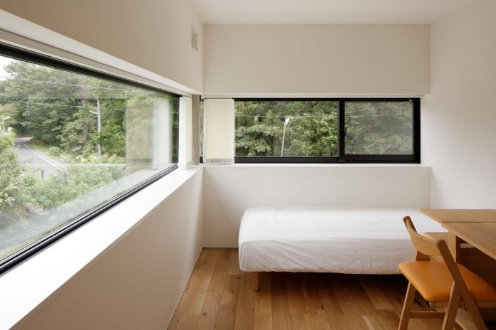 rectangular-house-opens-wide-towards-lake-surface-surrounded-rich-greenery-22