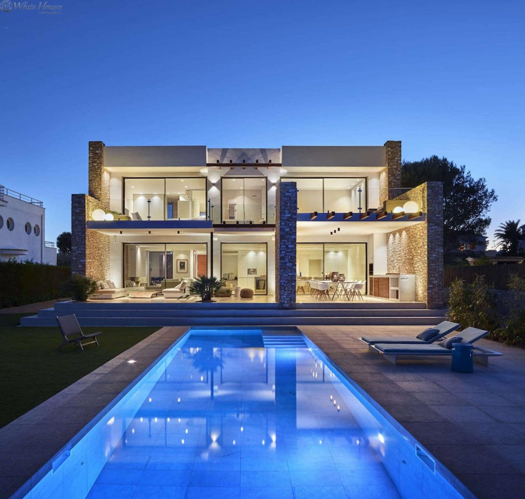 Seafront villa characterized by the combination modern, strong lines and open spaces