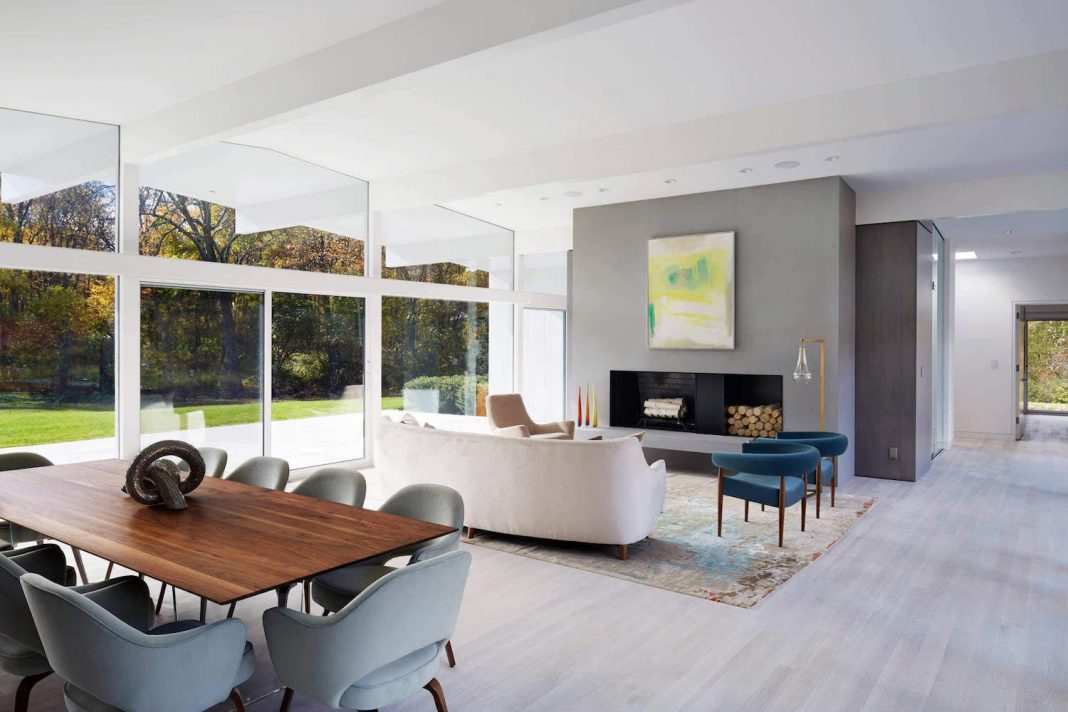 Mid Century Modern House gets most of the natural light thanks to the huge glass walls
