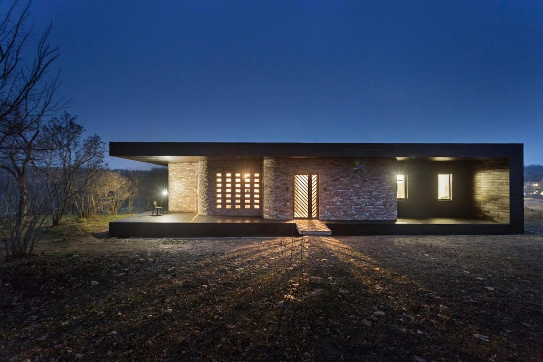 One floor weekend house designed to reduce charges for heating and minimize cleaning process