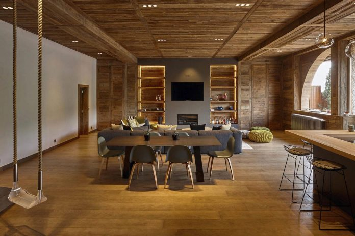 Wooden theme mountain apartment with small touches of color energize the whole home