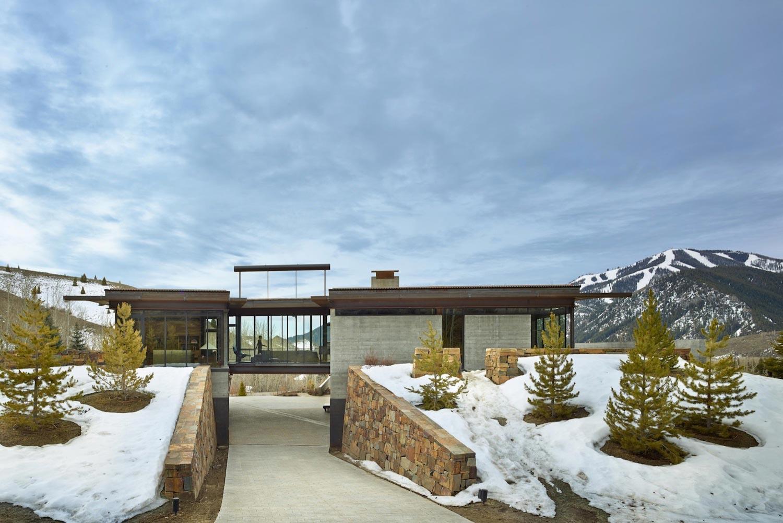 Bigwood olson kundig modern house feel authentic high desert mountain landscape 04