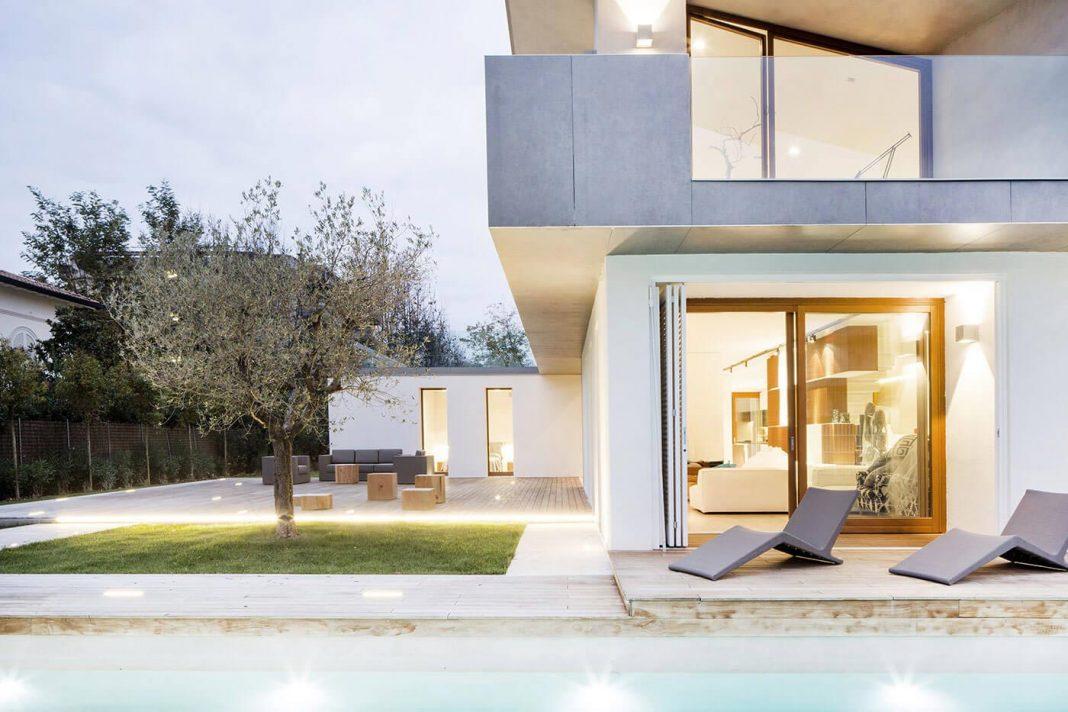 Contemporary summer villa in Forte dei Marmi by Fabbricanove Architetti