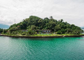 Jacobsen Arquitetura design an open space house with transparent façades on an island in Angra dos Reis, Brazil