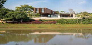 RSC House by Jacobsen Arquitetura: Three longitudinal blocks blocks creating a modern home