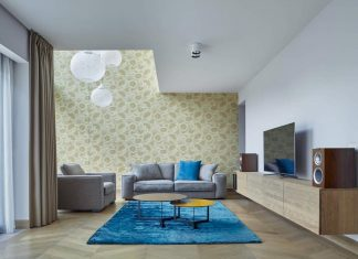 Blue as a sky and yellow as a sun, these colors vary in the apartment in all their range
