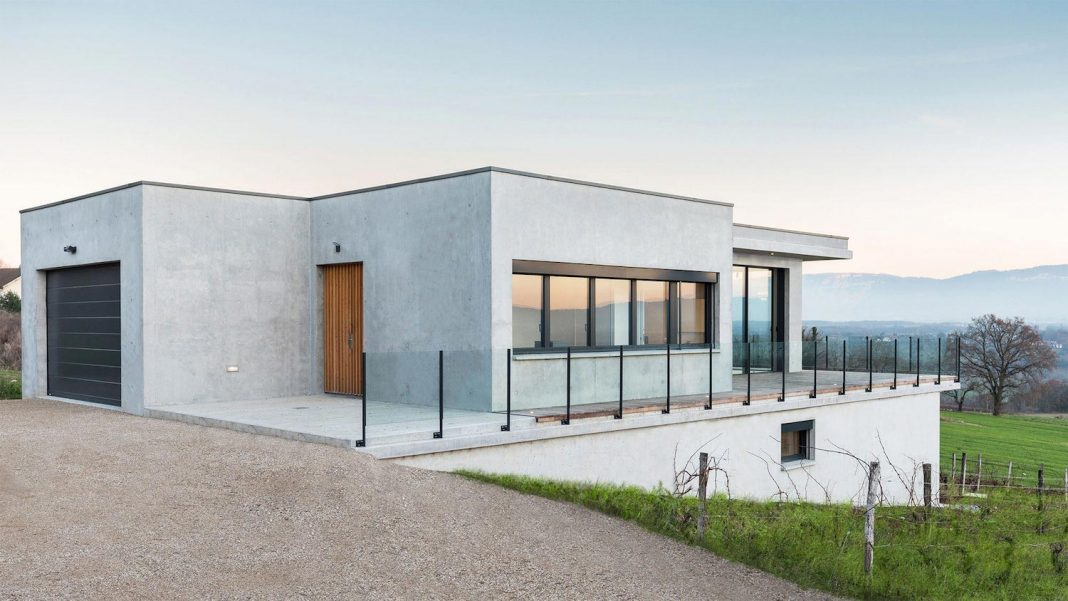 House located in a low-density residential zone at the franco-swiss border