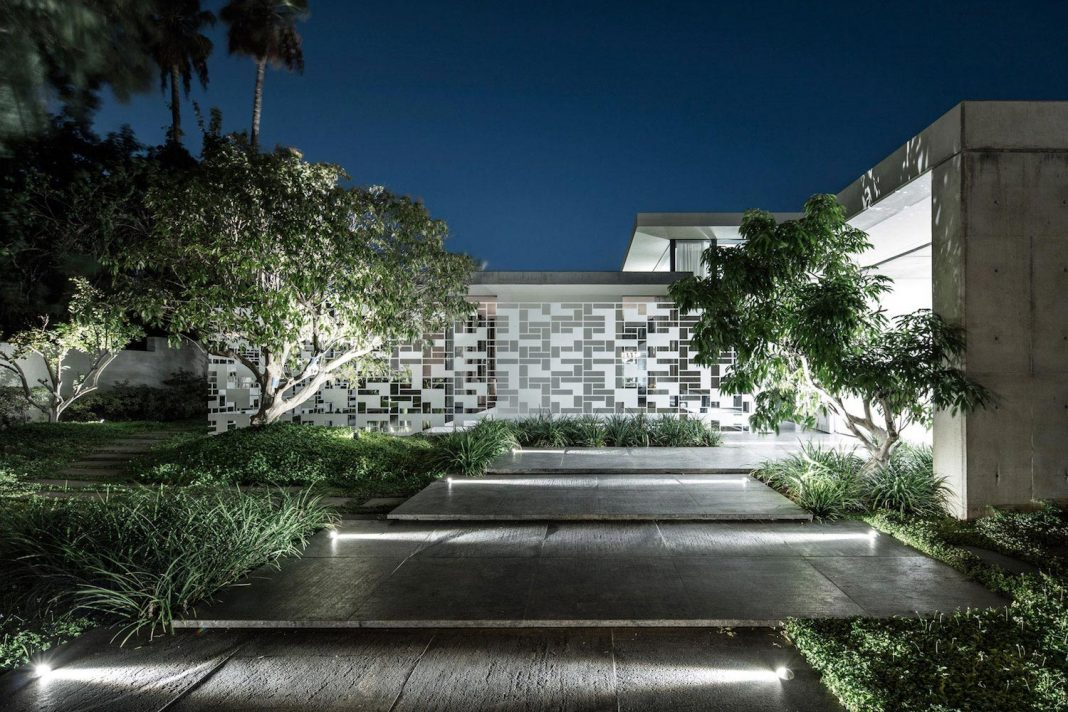 The play of light of a beautiful house located in Tel Aviv