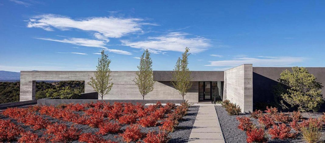 Ridge top house in Santa Fe is organized around two perpendicular board-formed concrete walls