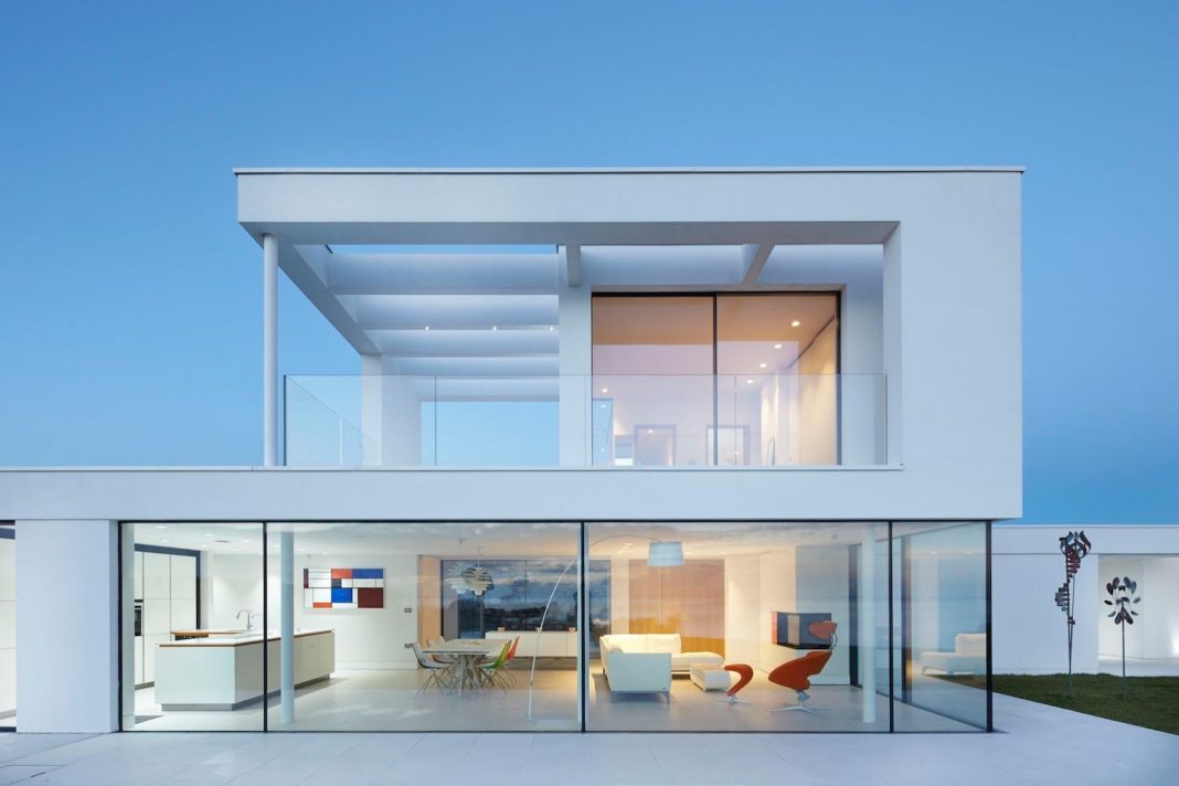 stephenson STUDIO designed the Cefn Castell residence to maximize the panoramic views of the Cardigan Bay