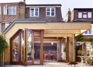 Extension of a family house that breaks down the boundary between inside and out