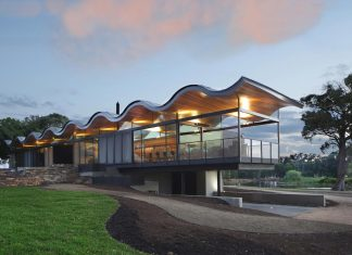 Lauriston House by Seeley Architects: a floating sinuous roof placed on a contemporary glass house