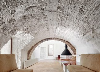 The refurbishment of a country house located in the outskirts of a village in Spain