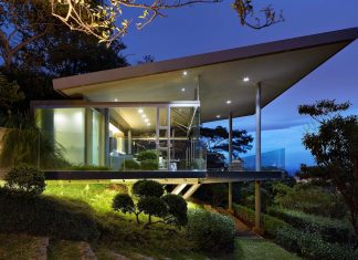 Glass house elevated on top of metallic columns has also 3 big glass sides that create open view over San Jose