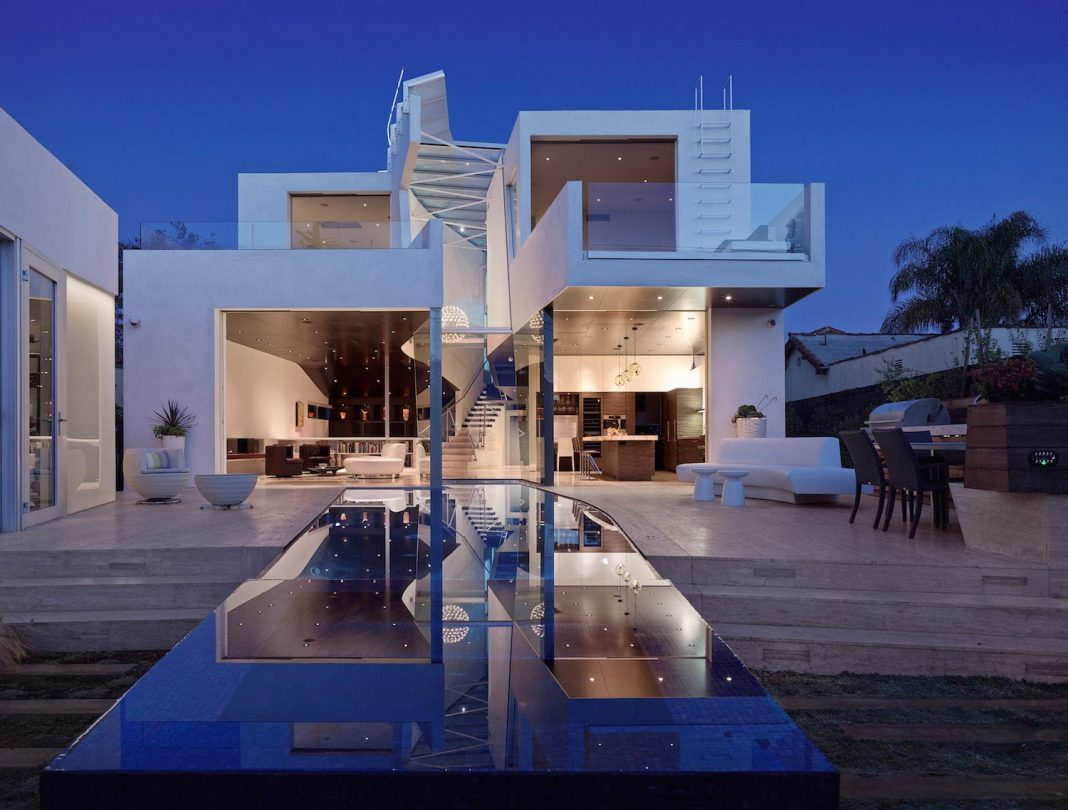 Los Angeles Residence Has A Huge Double Story Lens Like