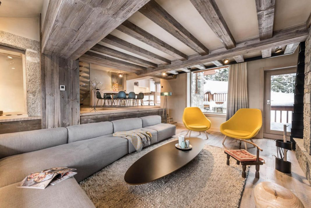 M ribel chalet mixes well the traditional look of an for Interieur chalet bois