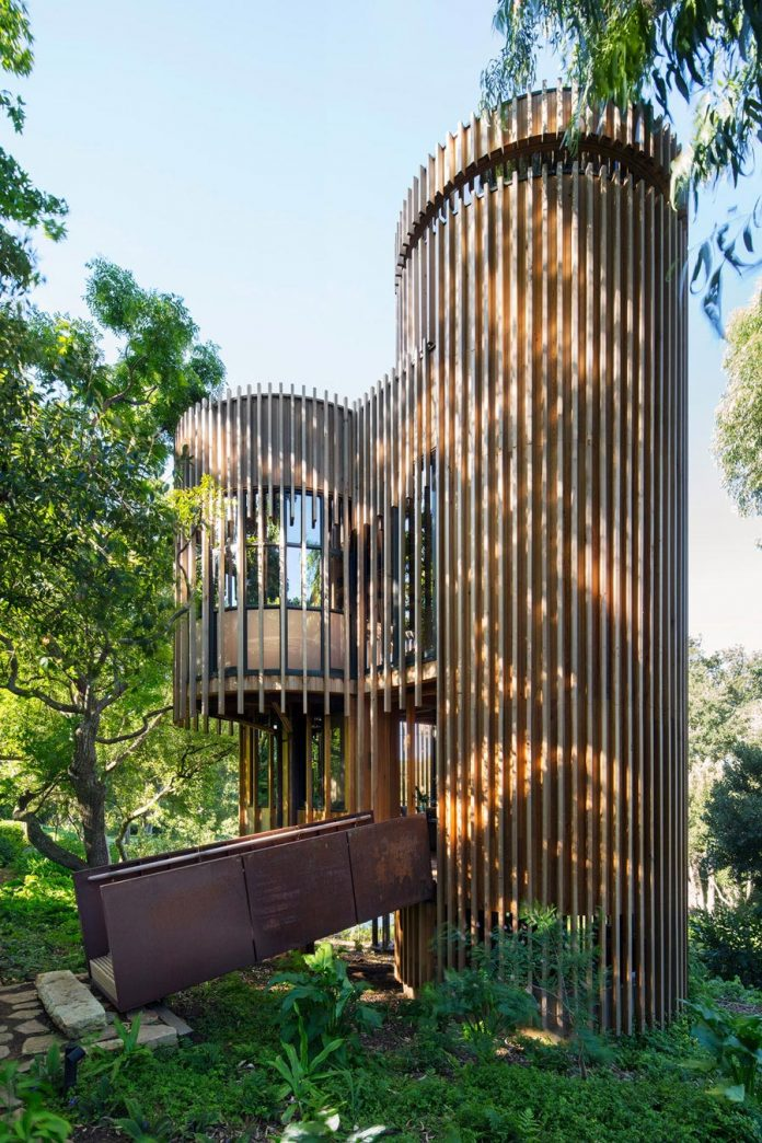 Modern treehouse in cape town has four cylindrical towers for Modern tree house designs