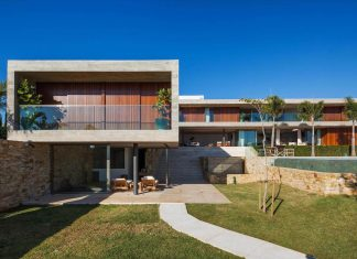 """Volumes combined in an """"L"""" site plan that are interconnected create this modern EL residence"""