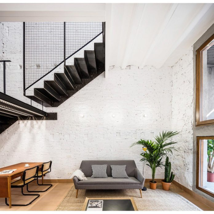 Apartment in Barcelona by RÄS studio architects that emphasizes the traditional architecture