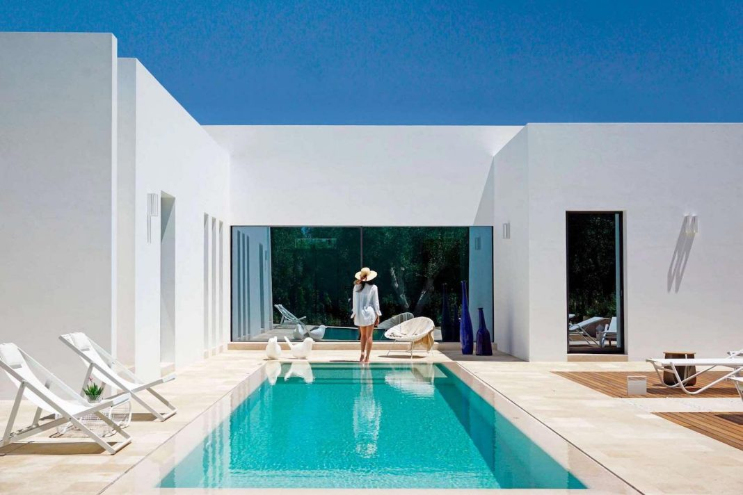 Casa Pinto is a totally white country house characterized by basic volume shapes, surrounded by the olive trees