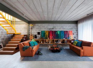 Located in the heart of Vila Madalena, this Bandeiras House is designed for hectic lifestyle though allowing some privacy