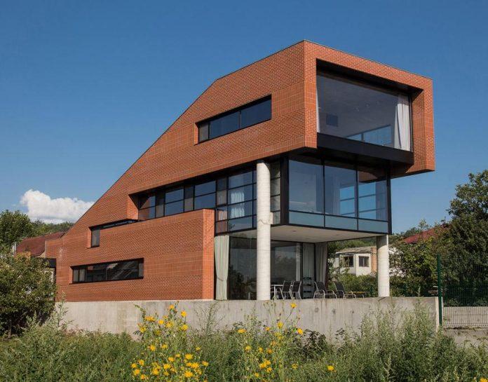 Modern Brick House Designed To Offer Spectacular Lake