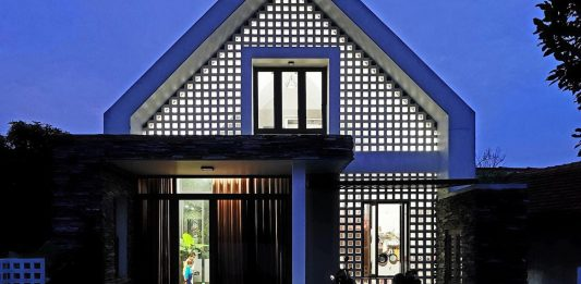 Fancy design of a house using split stone, brick ventilation and familiar materials