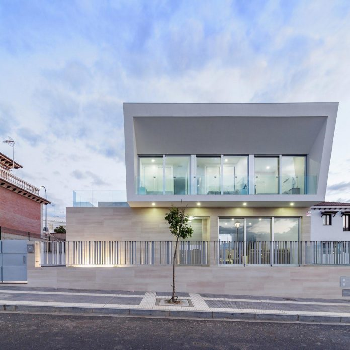 House inspired by traditional Iberian architecture - the house to live and the house to dream