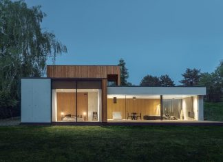 House JRv2 surrounded by a dense park in the south and the west by studio de.materia