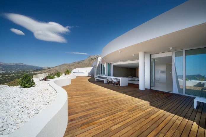 Rooftop apartment on top of a hill, looking at the Mediterranean and respecting the traditional architecture of the area