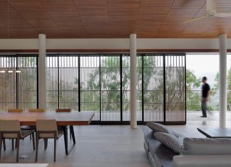 Stilted house focused on the quality of the space and material textures