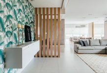 Clean design, which reinforces the sense of visual cleaning of an apartment by Cadi Arquitetura