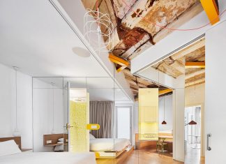 A creative distribution of mirrors that enticing the glimmer of light of an apartment in Spain