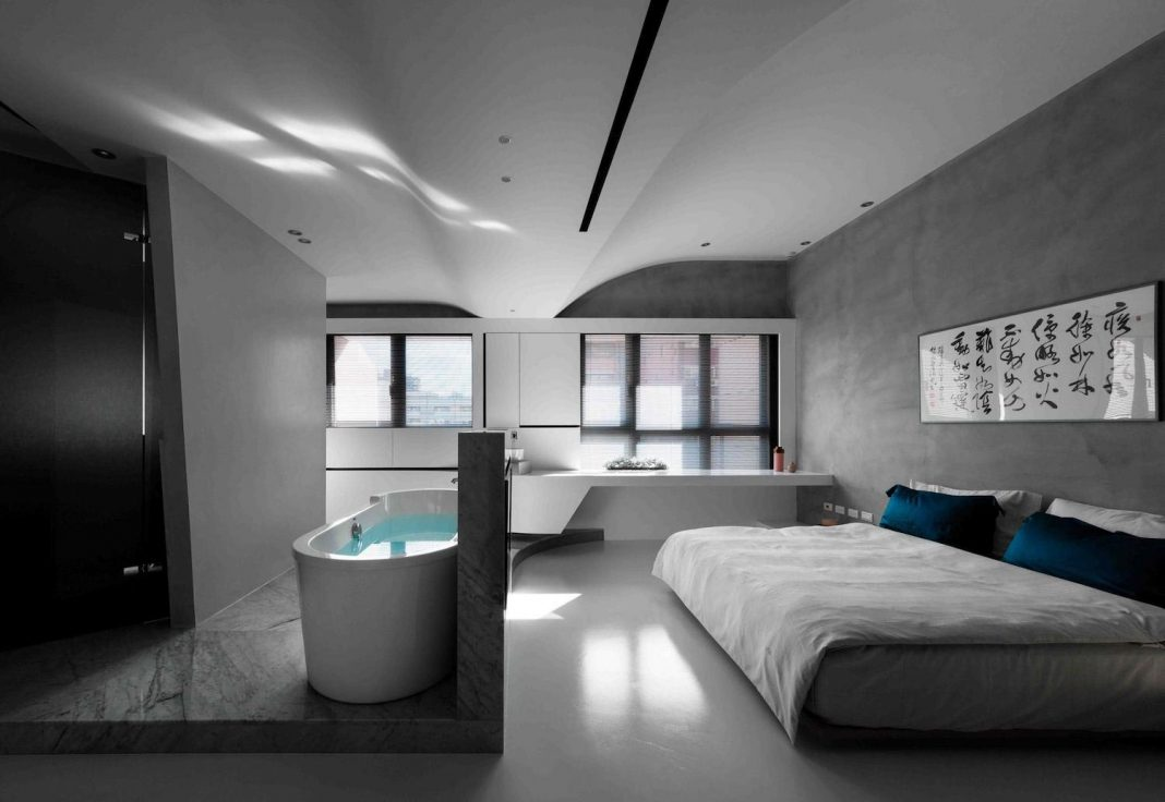 Fluid house where the basic tone is structured by the white ceiling and pandomo floor
