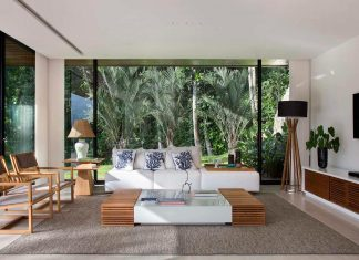 House located on the coast of the state of Rio de Janeiro contiguous to the land