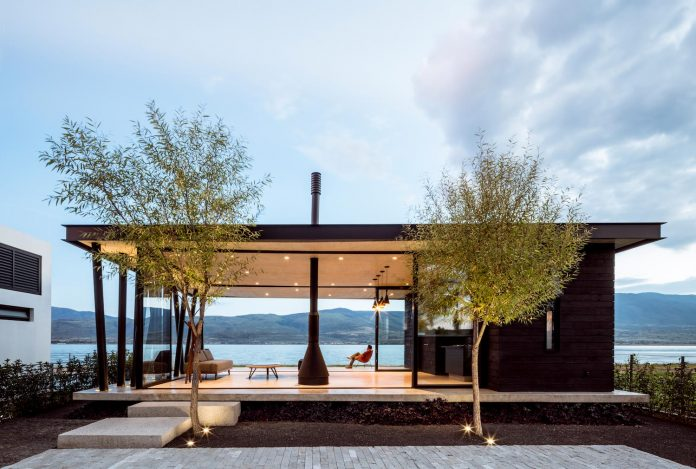 Place that turns you into a spectator of the calm of the sunrises using concrete and carbonized wood