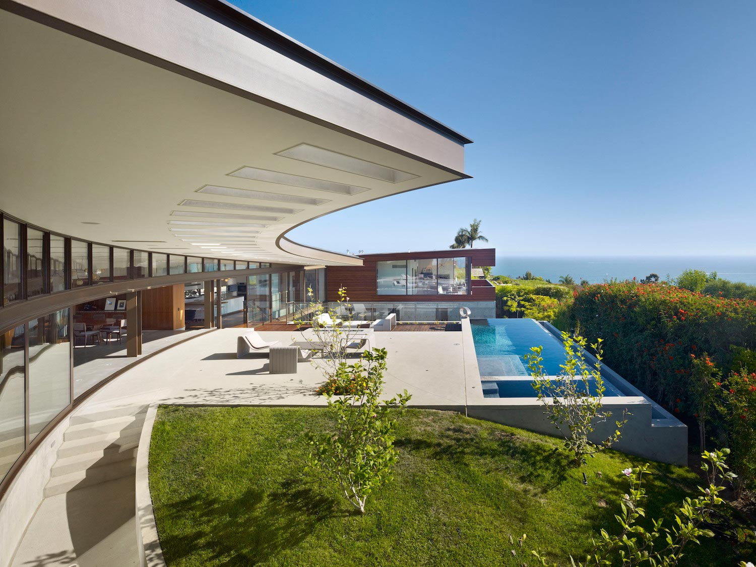Residence in los angeles that overlooks the panorama of - Villa moderne los angeles meridith baer ...