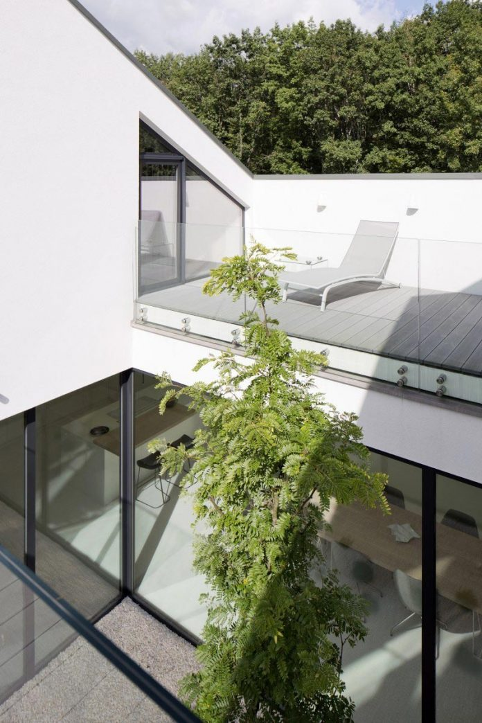 Single Family House Open To The Garden And The Courtyard
