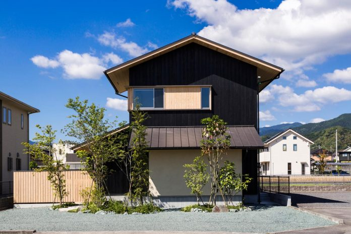 House that Coexists with the Landscape by Takashi Okuno
