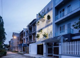 """House located in an urban area with the facade using a system of aluminum screen with """"balconies"""""""
