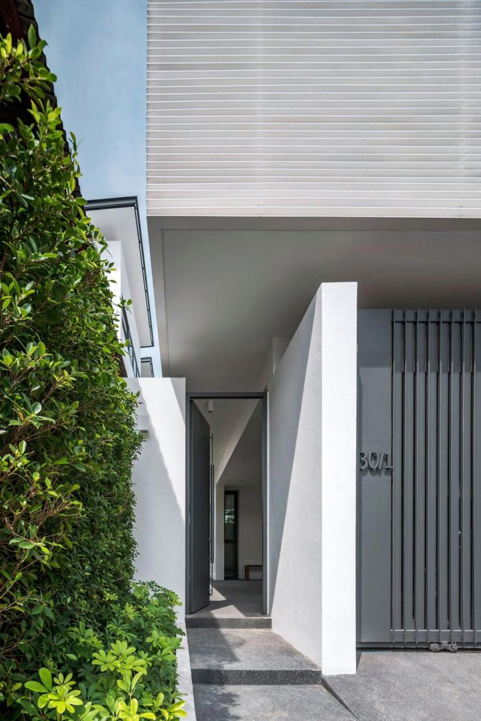 White painted steel brise soleil facade offers privacy and for Brise soleil design