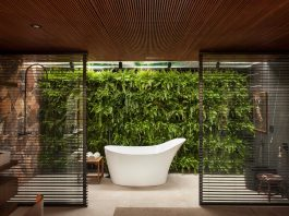 Refuge characterized by simple features, purity of forms, integration with nature and use of natural materials