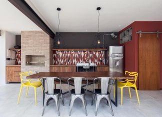 Simple and comfortable atmosphere created by raw materials, the use of concrete, rustic wood, and apparent pipes